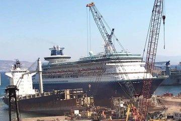 """El crucero de turismo """"Monarch"""", recién varado en la orilla del desguace en Aliaga"""