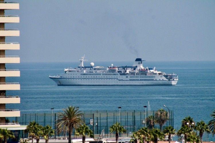 """El buque """"Berlín"""", fondeado el puerto de Málaga"""