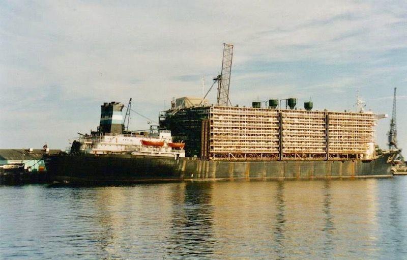 """Vista de la sección de popa del buque establo """"Al Qurain"""""""