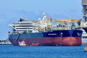 """El petrolero """"Monte Serantes"""", fondeado en el puerto de Las Palmas de Gran Canaria"""