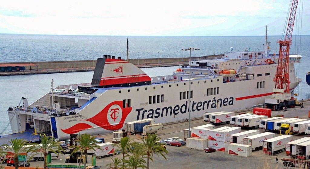 """El ferry """"Ciudad de Palma"""", atracado en el puerto de Santa Cruz de La Palma"""