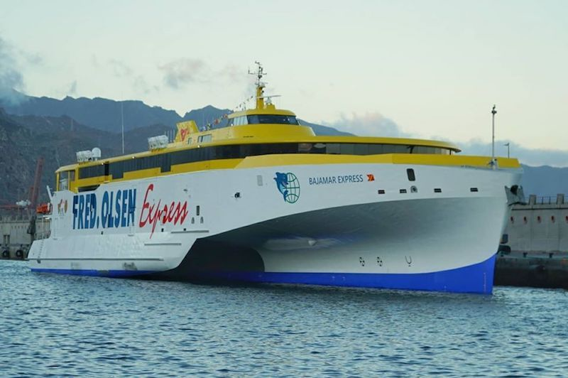 """El trimarán """"Bajamar Express"""", atracado en el muelle sur del puerto tinerfeño"""