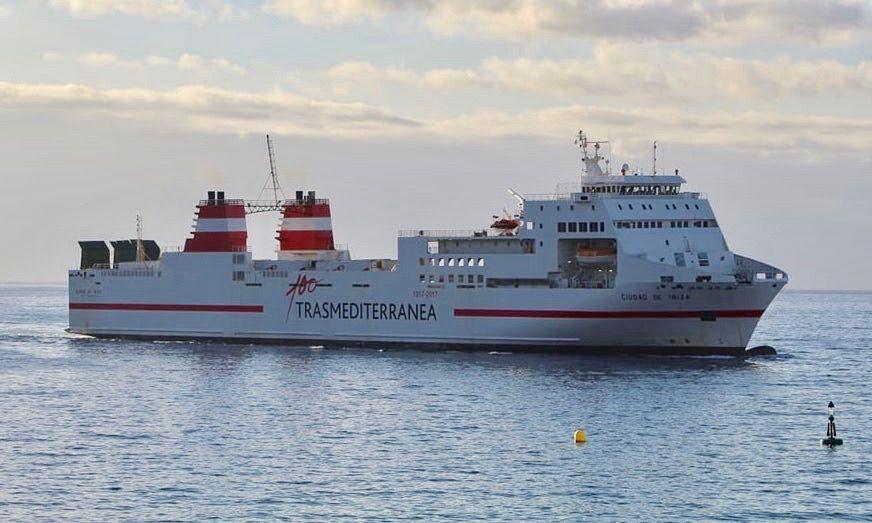 """El buque """"Ciudad de Ibiza"""", a su llegada esta mañana al puerto de Santa Cruz de Tenerife"""