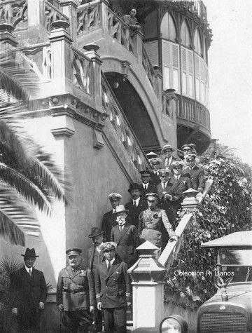 Los homenajeados e invitados, en la escalera del hotel Quisisana