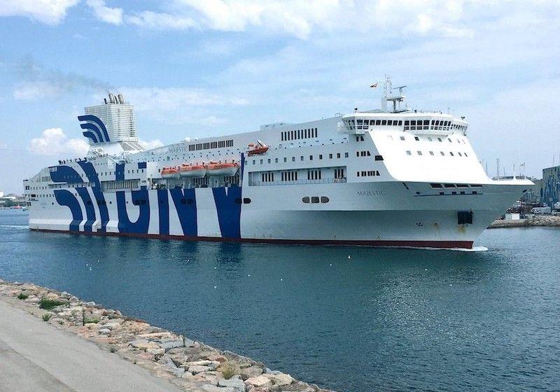 """El ferry """"Majestic"""", con su chimenea modificada, en el puerto de Barcelona"""