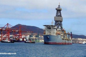 Uno de los buques perforadores de Valaris, de maniobra en el puerto de Las Palmas de Gran Canaria