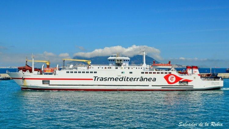 """El ferry """"Ciudad de Málaga"""", a su salida del puerto de Algeciras"""