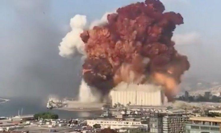 Momento de la formidable explosión en el puerto de Beirut