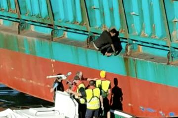 """Amarradores y Guardia Civil ayudan al polizón a bajar de la rampa del ferry """"Balearia"""""""