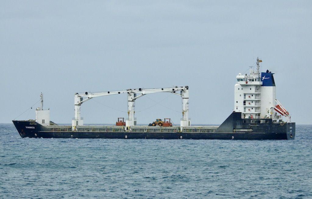 """Estampa marinera del buque """"Dominica"""", en aguas del puerto de Las Palmas de Gran Canaria"""