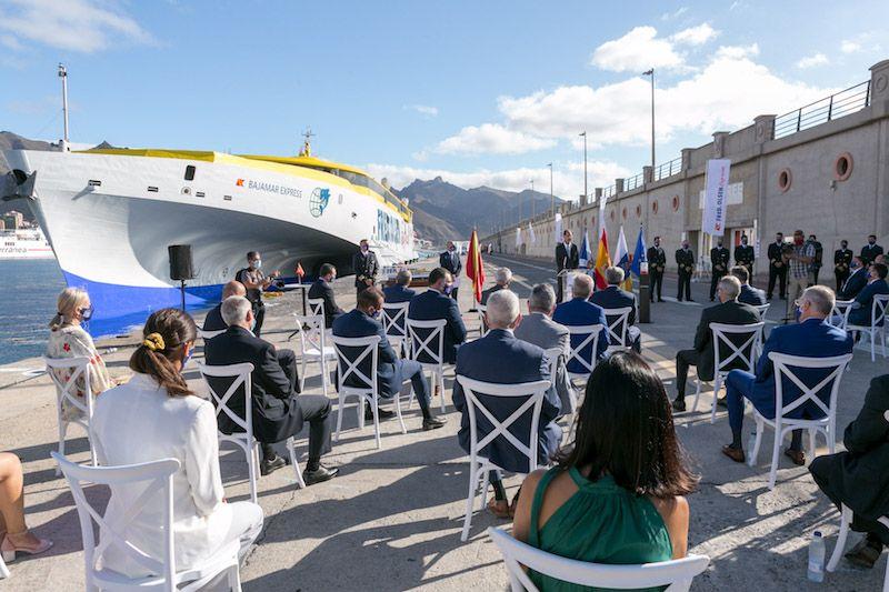 El acto se presentación se celebró al aire libre en el muelle sur del puerto tinerfeño