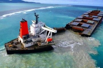 """El pasado sábado, el casco del bulkcarrier """"Wakhasio"""" se partió en dos"""