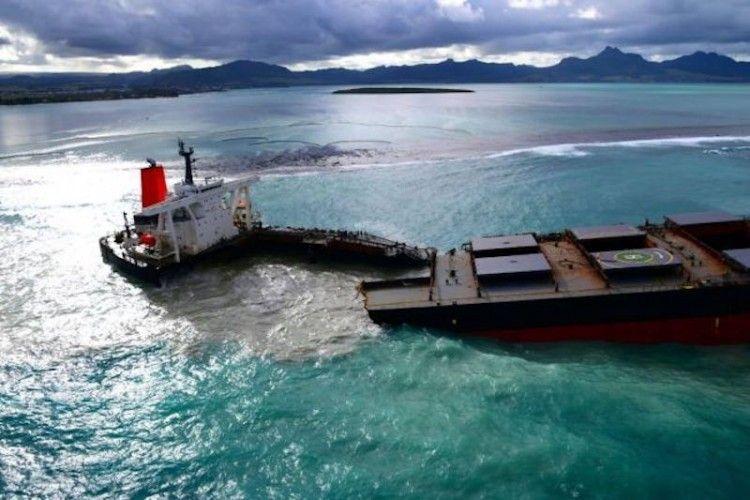 """El bulkcarrier """"Wakhashio"""", partido en dos"""