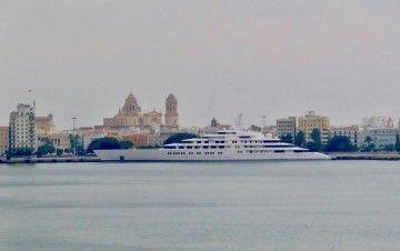 """El gigayate árabe """"Azzam"""", atracado en el puerto de Cádiz"""