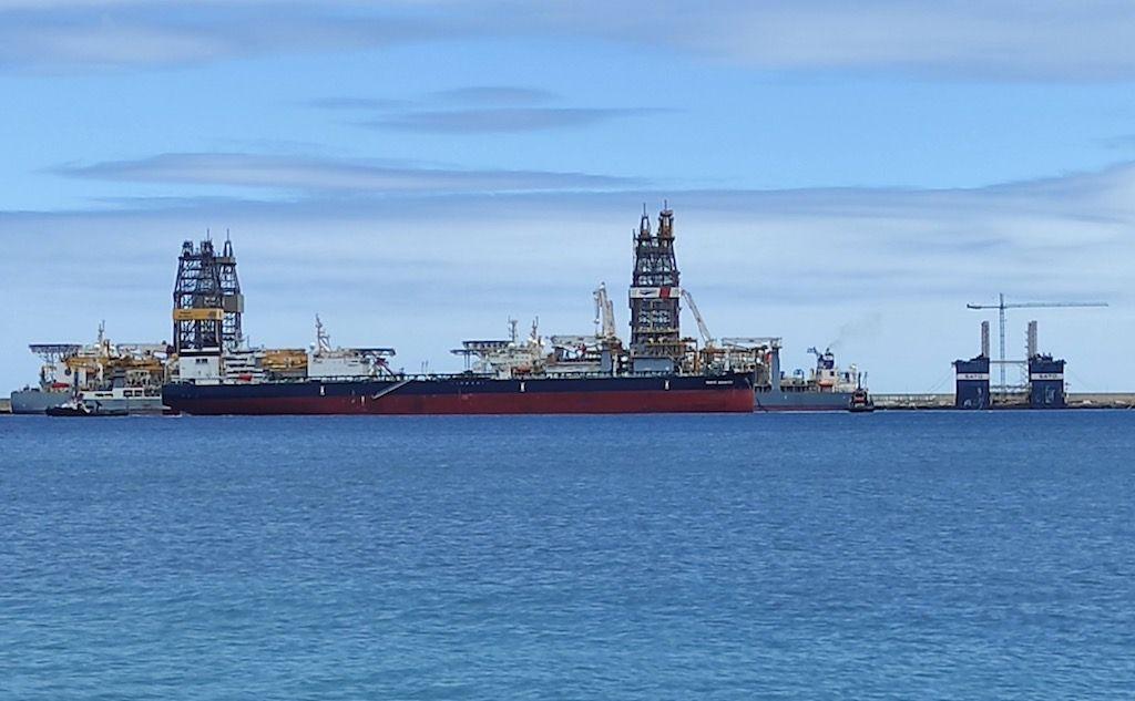"""Dos remolcadores de Fairplay asisten la maniobra del petrolero """"Monte Serantes"""""""