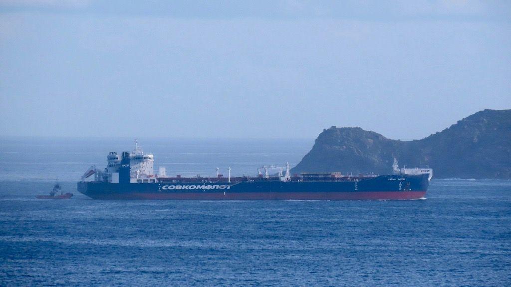 """El petrolero shuttle ártico """"Kirill Lavrov"""", a su entrada a la ría de Ferrol"""