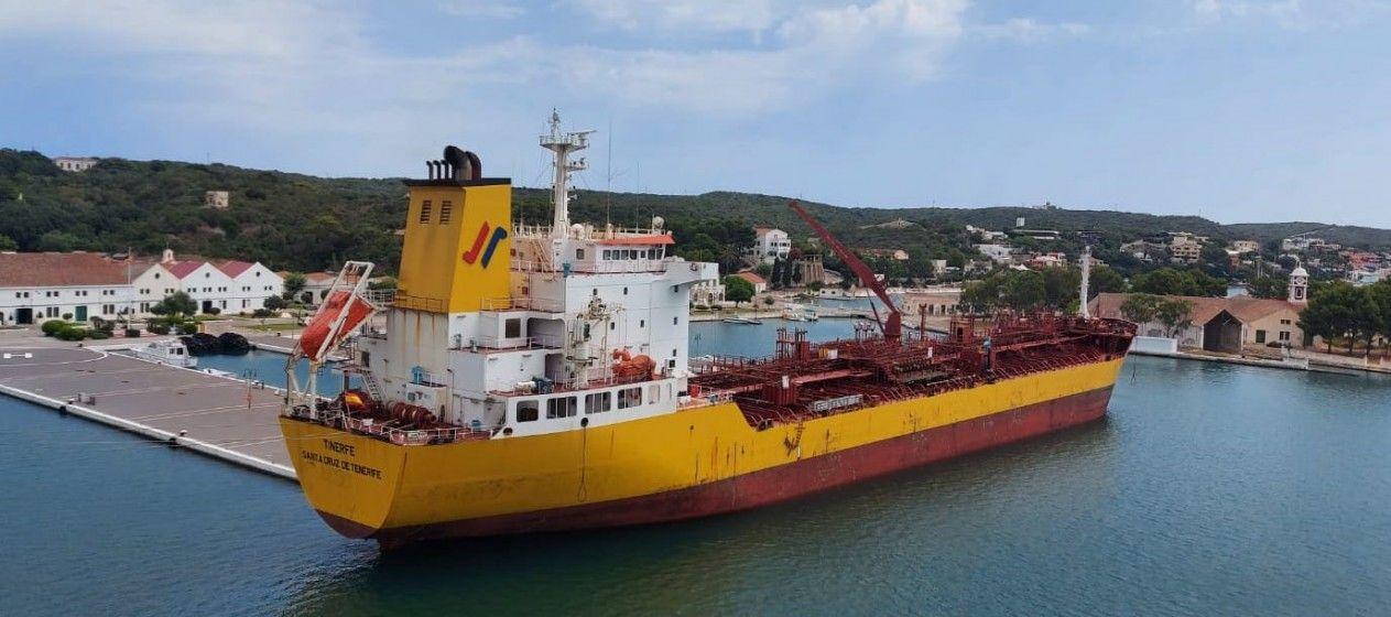 """El petrolero """"Tinerfe"""", atracado en el puerto de Mahón"""