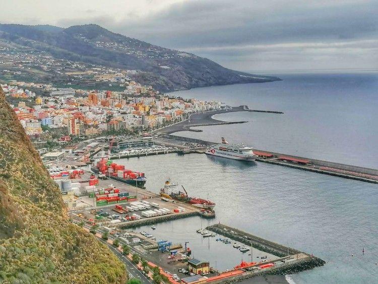 """El ferry """"Villa de Teror"""", atracado en el puerto de Santa Cruz de La Palma"""