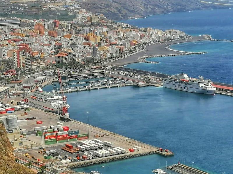 """Este mediodía ha cambiado de atraque para permitir la operación del ferry """"Volcán de Taburiente"""""""