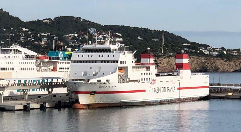 """El buque """"Ciudad de Ibiza"""", atracado en el puerto de Ibiza"""