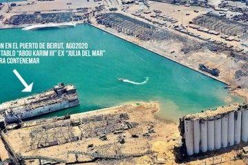 """La flecha indica la posición del buque """"Abou Karim III"""", ex """"Julia del Mar"""". Al fondo puede verse el casco semihundido del buque """"Orient Queen II"""", ex """"Vistamar"""""""