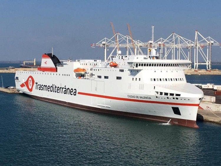 """Estampa marinera del ferry """"Ciudad de Valencia"""", atracado en el puerto de Cádiz"""