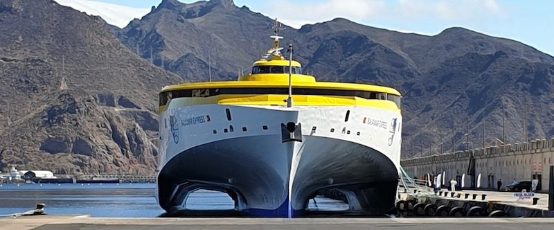 """Vista de proa del trimarán """"Bajamar Express"""""""