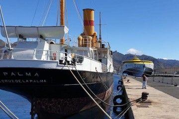 Dos generaciones de la navegación interinsular coinciden en el puerto de Santa Cruz de Tenerife