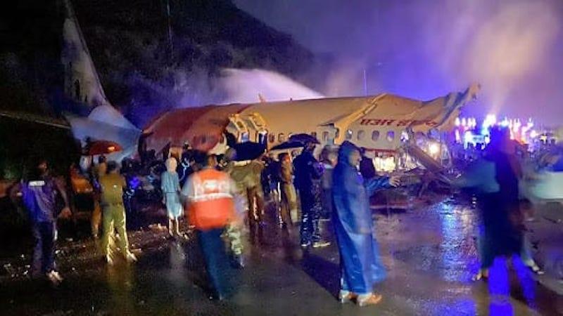 Los servicios de emergencia han acudido en ayuda de los ocupantes del avión