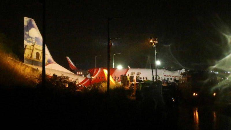 El avión se partió en dos al impactar contra el suelo en medio de una fuerte lluvia