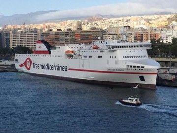 """El ferry """"Ciudad de Valencia"""", esta mañana, en el puerto de Santa Cruz de Tenerife"""