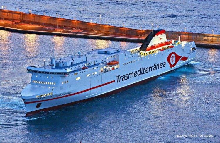 """El buque """"Ciudad de Valencia"""", maniobrando esta mañana por primera vez en el puerto de Santa Cruz de La Palma"""