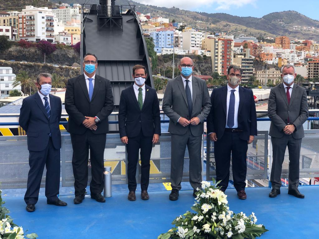 Foto de familia de autoridades y directivos de Naviera Armas Trasmediterránea