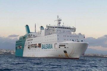 """El ferry """"Regina Báltica"""", fondeado esta tarde en Almería"""