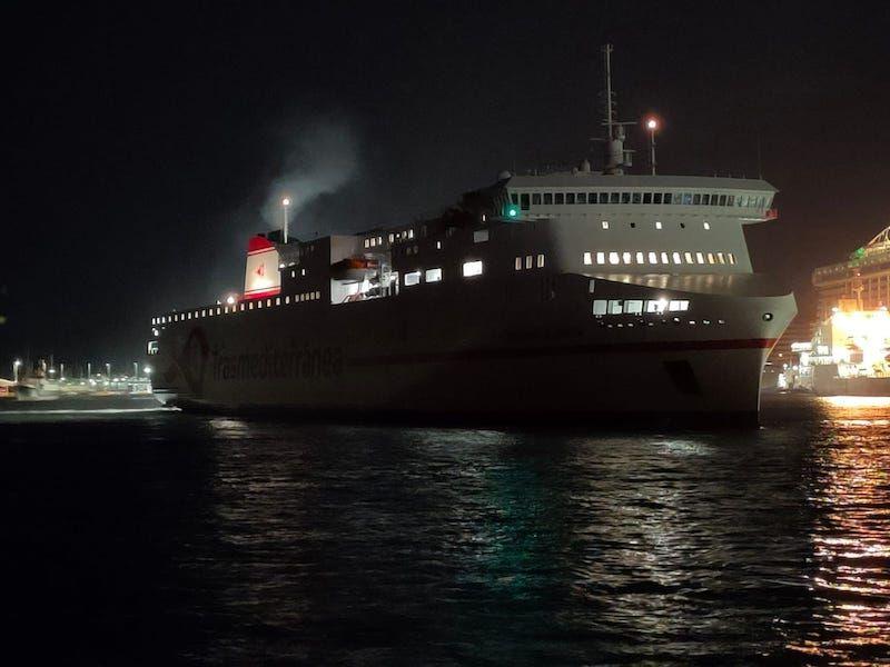 """El ferry """"Ciudad de Valencia"""", maniobrando esta noche en el puerto de Santa Cruz de Tenerife"""