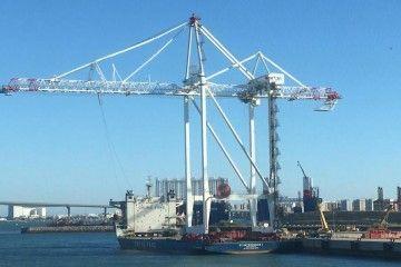 Maniobra de embarque de la primera grúa en el puerto de Cádiz