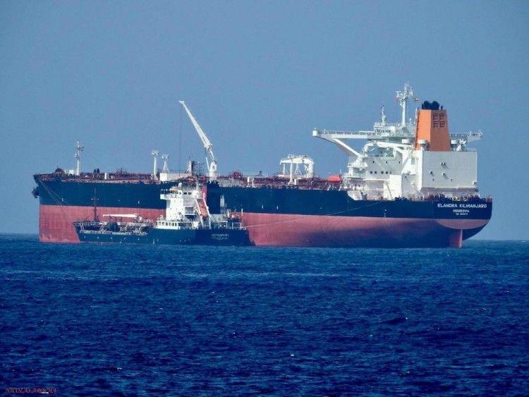 """El petrolero """"Leandra Milimanjaro"""", fondeado en el puerto de Las Palmas de Gran Canaria"""