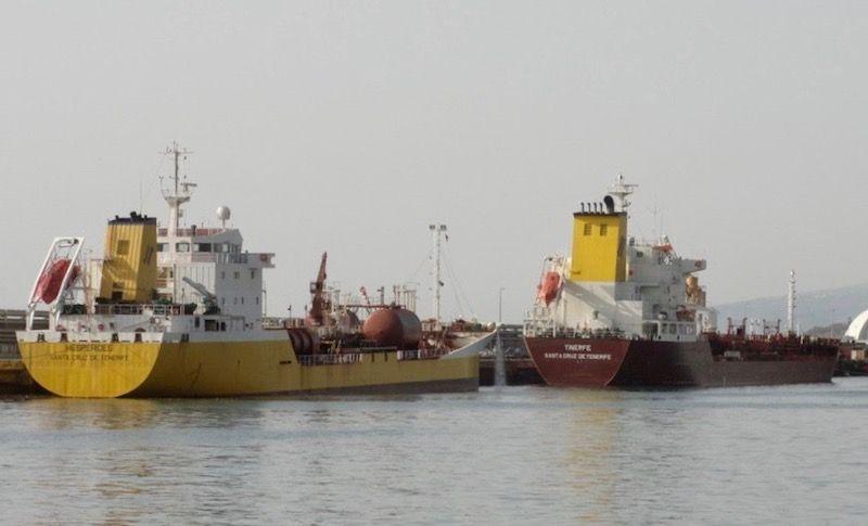 """Los petroleros """"Hespérides"""" y """"Tinerfe"""", atracados en el puerto de Santa Cruz de Tenerife (9 de febrero de 2010)"""