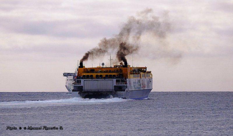 Humos del de julio a la salida del puerto de Las Palmas de Gran Canaria