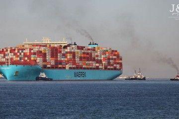 Remolcadores de Boluda asisten la maniobra del buque Triple E de Maersk