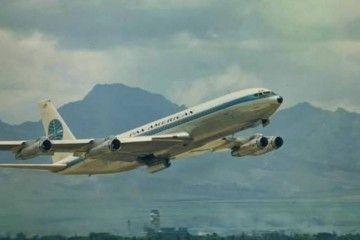 El avión Boeing B-707 de Pan Am, tras el despegue del aeropuerto de Hong Kong