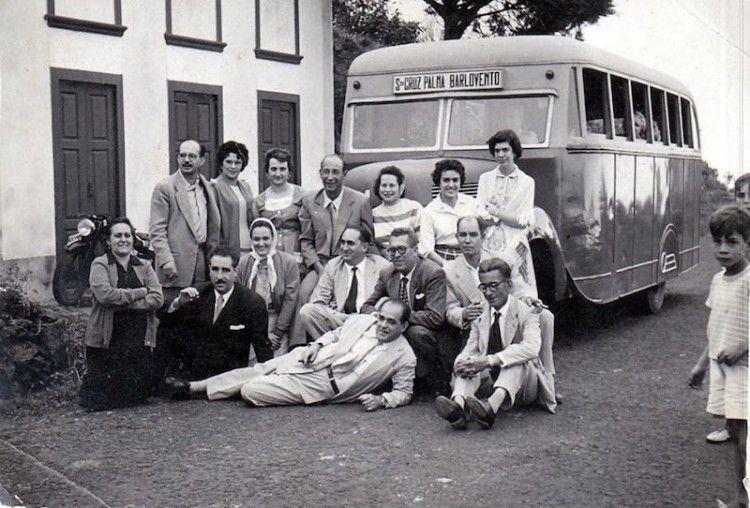 Foto del grupo delante de la guagua de Transportes del Norte