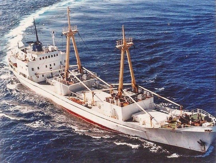 """Vista aérea del buque frigorífico """"Río Asón"""""""