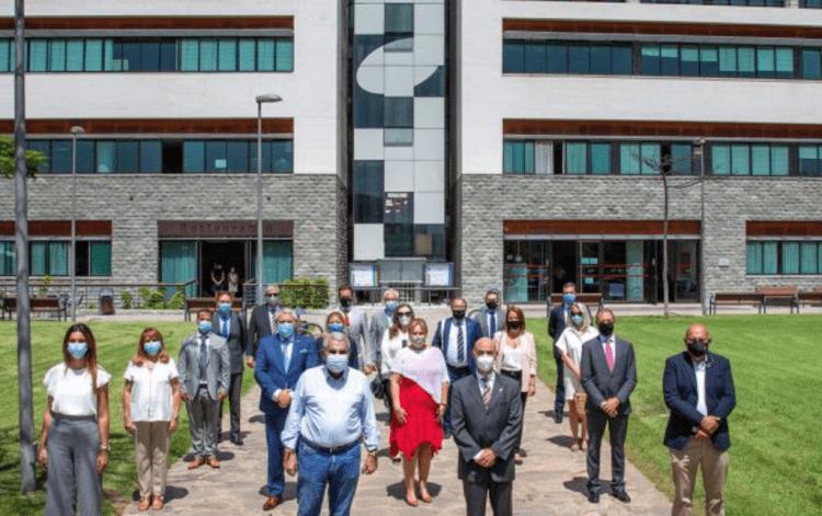 Foto de familia del alcalde y concejales de Adeje con la representación del Cuerpo Consular