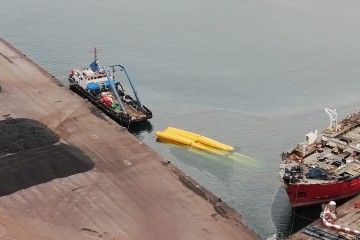 """Los flotadores sostienen a la draga """"Barlovento Primero"""", que está sumergida"""