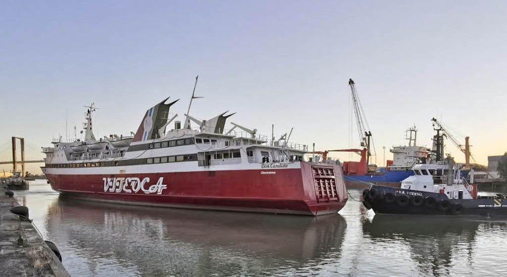 """Maniobra de salida del ferry """"Don Cándido"""" de Astilleros del Guadalquivir"""