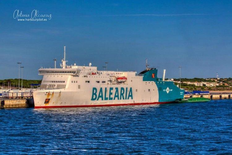 """El ferry """"Marie Curie"""", atracado en el puerto de Huelva"""