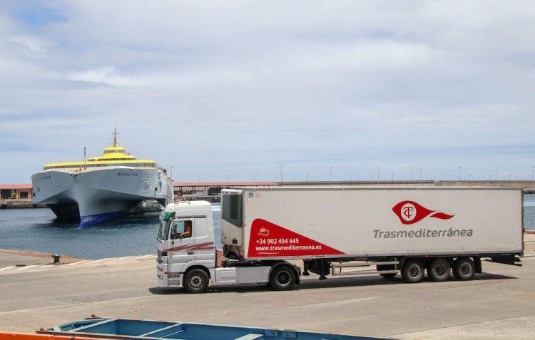 Transportes subvenciona el transporte de mercancías entre islas