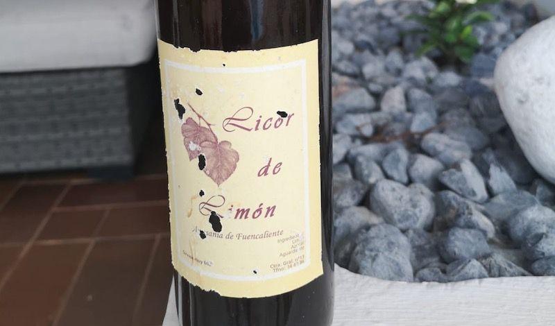 Etiqueta de una botella de licor de limón, producido por doña Juana Cabrera Pérez
