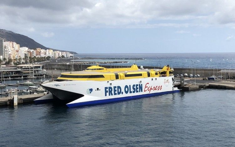 """El catamarán """"Bencomo Express"""", en el puerto de Santa Cruz de La Palma"""